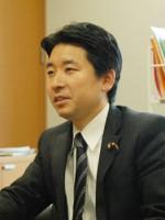 梅村聡・参院議員(議員事務所にて)