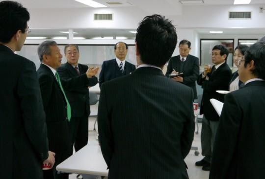 会見後、記者らと(2012年1月13日)